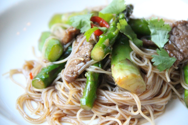 Wok groene asperges rund mirin soja oestersaus